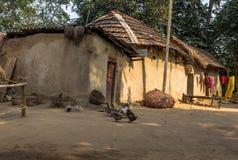 Indisches ländliches Dorf mit Schlammhäusern und -enten im Hof Stockfotos