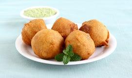 Indisches Lebensmittel Aloo Vada Stockbilder