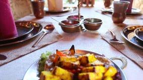 Indisches Lebensmittel auf dem Tisch stock video