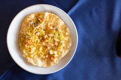 Indisches Lebensmittel Masala-papad auf weißem Teller mit blauem Hintergrund lizenzfreies stockbild
