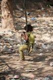 Indisches Mädchen, das auf Schwingen spielt Lizenzfreies Stockfoto