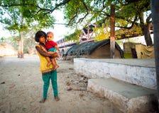 Indisches Mädchen, das Baby hält Stockfoto