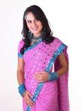 Indisches Mädchen, das mit freier Frisur steht Stockbild