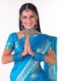 Indisches Mädchen, das namaste sagt stockbild