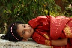 Indisches Mädchen, das sich hinlegt Stockbild