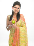 Indisches Mädchen in der Sari mit grünem Apfel Lizenzfreie Stockbilder