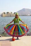Indisches Mädchen im nationalen Kostüm in Jaipur, Indien Stockfotografie