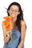 Indisches Mädchen mit Blumen des orange Gänseblümchens Stockfotografie