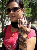 Indisches Mädchen mit Hennastrauch Stockfotos