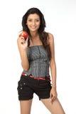 Indisches Mädchen mit rotem Apfel stockfotos