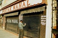Indisches Mannschreiben auf seinem Haus Lizenzfreies Stockfoto