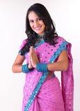 Indisches Mädchen in Begr5us$ungsausdruck Stockfotos