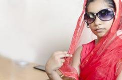 Indisches modernes Mädchen, das schwarze Gläser trägt Stockbild