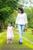 Indisches Mutter- und Tochtergehen im Freien. Stockfoto