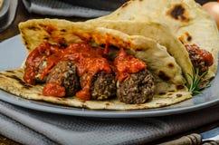 Indisches naan mit Fleischklöschen und Tomatensauce Stockfoto