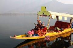 Indisches PaarreitenShikara Nordboot Lizenzfreie Stockfotos
