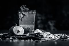 Indisches populäres Sommergetränk SABJA NIMBUPANI/SWEET BASILIKUM-GETRÄNK MIT ZITRONE und Zucker in den dunklen gotischen Farben  lizenzfreie stockfotos