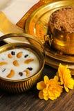 Indisches Reispudding payasam verziert mit Acajoubäumen und Rosine Stockfoto