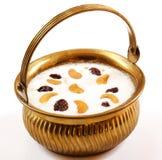 Indisches Reispudding payasam verziert mit Acajoubäumen und Rosine Stockfotos