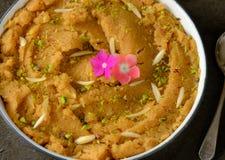 Indisches Süß-Grieß sooji Halwa geschmückt mit trockenen Früchten Lizenzfreie Stockbilder