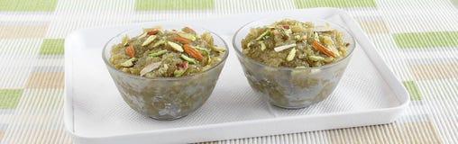 Indisches süßes Lebensmittel Lauki Halwa in den Glasschüsseln Stockfotos
