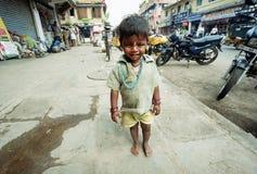 Indisches Schätzchen, das hinunter die Straße geht Lizenzfreies Stockfoto