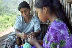 Indisches sitzendes Häkeln der Mutter und der Tochter Lizenzfreie Stockfotografie