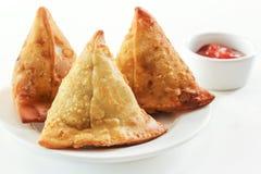 Indisches Snack-Food Samosas auf weißem Hintergrund Lizenzfreie Stockbilder