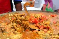 Indisches Straße Lebensmittel: Hühnerteller Stockfotos