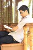 Indisches Student-Leselehrbuch Lizenzfreies Stockfoto