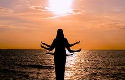 Indisches Tanzschattenbild auf schönem Strand während des Sonnenuntergangs lizenzfreie stockfotografie