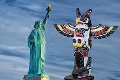 Indisches Totem und amerikanisches Freiheitsstatue Stockfoto