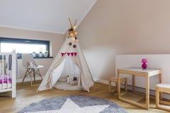 Indisches Zelt im child& x27; s-Raum Stockbilder