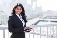 Indisk affärskvinna med tahletPC royaltyfri fotografi