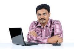 Indisk affärsman med bärbar dator arkivfoton
