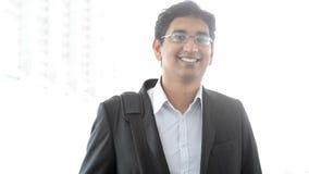 Indisk affärsmanlängd i fot räknat stock video