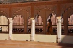Indisk arkitektur, kvinna i sari Jodhpur Rajasthan, Indien Royaltyfria Foton