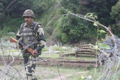 Indisk armésoldatpatrull på en arméhelipad nära linjen av kontrollläge nära Poonch Arkivfoton
