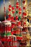 Indisk asiatisk brud- kalire som pinglar klockor på kulturfestivalmarknaden arkivfoton