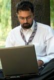 indisk bärbar datorsitting royaltyfri bild