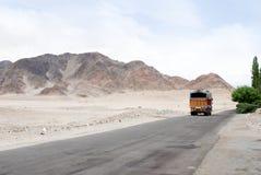indisk bergväglastbil Arkivfoton