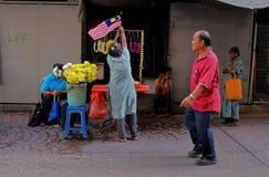 Indisk blommasäljare på den Petaling gatan Royaltyfri Foto