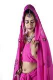 Indisk brud i traditionell sari Arkivbilder