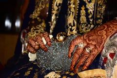 Indisk brud med henna på händer Guld- cirklar förestående Härliga designer förestående royaltyfri bild