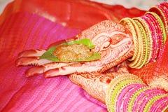 Indisk brud som rymmer Jeelakarra och Bellam Royaltyfri Fotografi