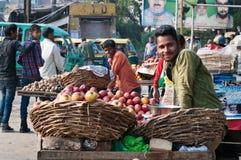 Indisk försäljare med frukt i marknad Arkivbild