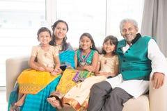 Indisk familj av leende fem på kameran arkivfoto