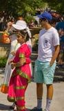 Indisk familj, i att delta i den 10th årliga festivalen av Indien Arkivfoton