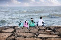 Indisk familj nära havet Arkivbild