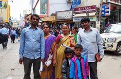 Indisk familj på Russell Market i Bangalore Royaltyfri Foto